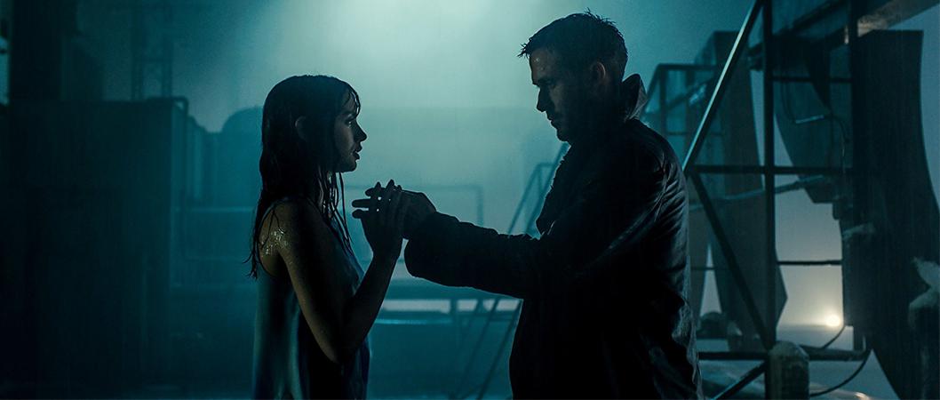 Joi (Ana De Armas) e K (Ryan Gosling) em ena de Blade Runner 2049