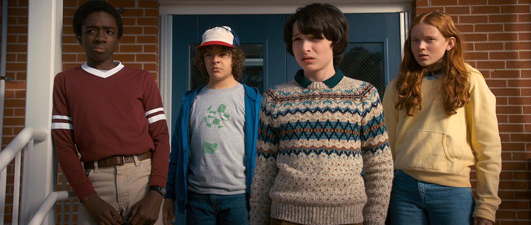 Lucas (Caleb McLaughlin), Dustin (Gaten Matarazzo), Mike (Finn Wolfhard) e Max (Sadie Sink) na 2ª temporada de Stranger Things (Netflix)
