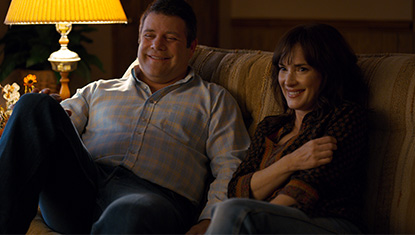 Bob (Sean Astin) e Joyce (Winona Ryder) na 2ª temporada de Stranger Things (Netflix)