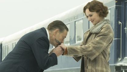 Kenneth Branagh e Daisy Ridley no filme Assassinato no Expresso do Oriente