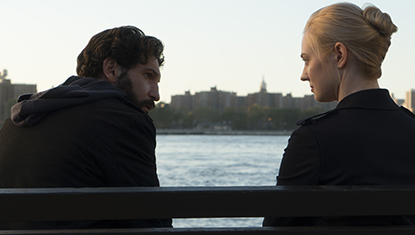 Frank Castle (Jon Bernthal) e Karen Page (Deborah Ann Woll) em Justiceiro da Netflix