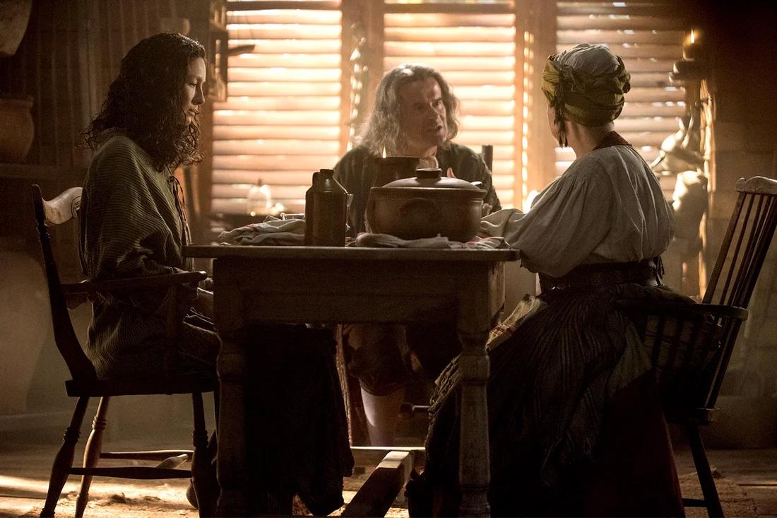 Claire (Caitriona Balfe), Padre Fogden (Nick Fletcher) e Mamacita (Victoria Leporia) em Outlander