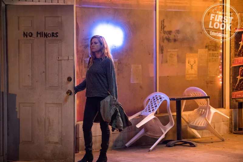 Amy Adams em imagem da adaptação de Sharp Objects