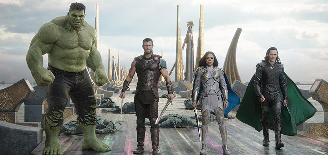 Hulk (Mark Ruffalo), Thor (Chris Hemsworth), Valkyria (Tessa Thompson) e Loki (Tom Hiddleston) em Thor: Ragnarok