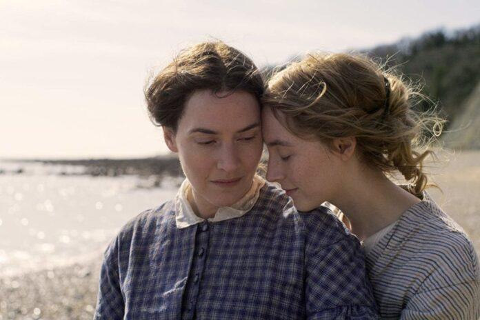 Kate Winslet e Saoirse Ronan no filme Ammonite.